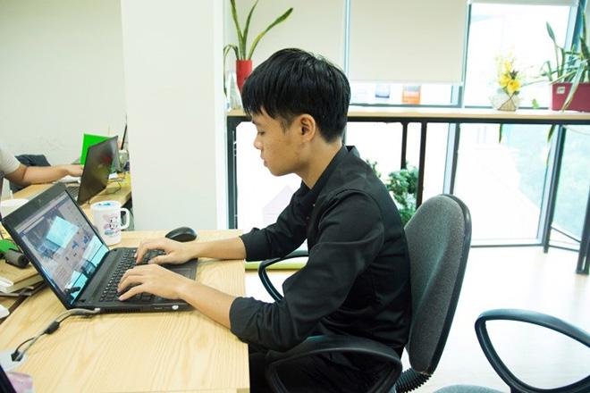 Nhiều năm ra trường, nhưng mức lương văn không thể đủ để nuôi sống Quang