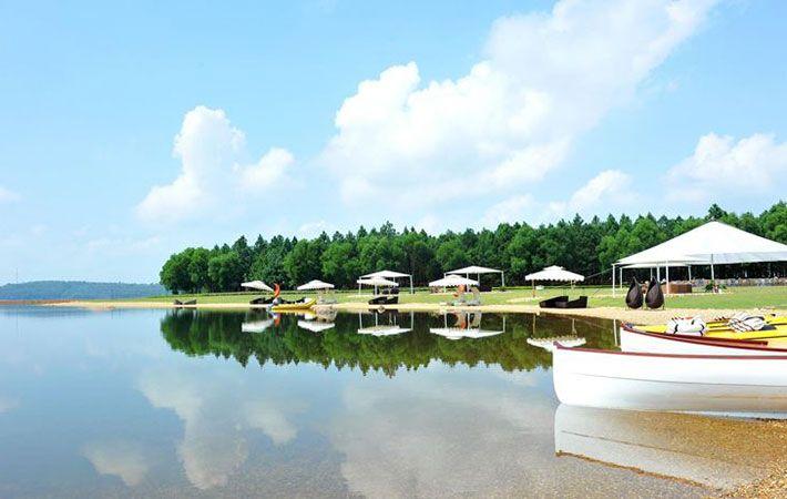 Xen lẫn giữa các hồ là cánh rừng xanh biếc và đồi núi nhấp nhô tạo nên các bán đảo hoang sơ thú vị.