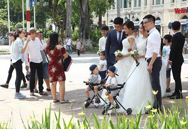 Địa điểm tiếp theo là bờ hồ Hoàn Kiếm, gần 40 cặp đôi xuất hiện khiến phố đi bộ vui nhộn.