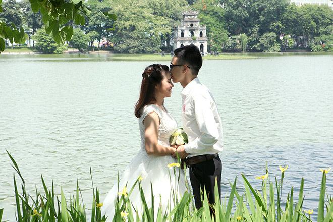 Một đôi uyên ương lãng mạn bên hồ gươm.