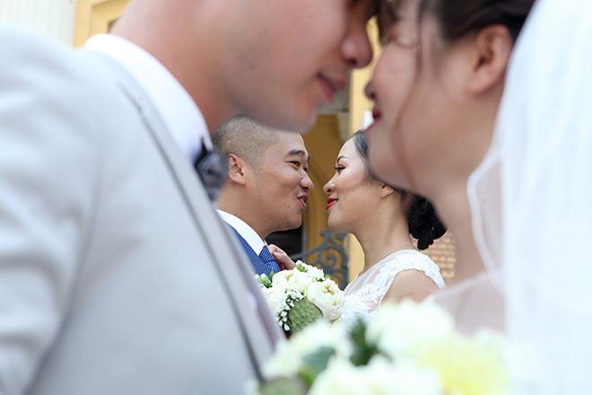 Chụp ảnh cưới trước đám đông nên nhiều cặp đôi khá ngượng ngùng thể hiện tình cảm trước ống kính.