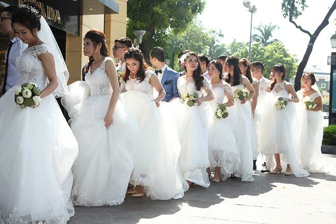 Thời tiết Hà Nội nắng nóng sau những ngày mưa lớn khiến các cô dâu vất vả khi di chuyển từ Nhà hát Lớn ra bờ hồ Hoàn Kiếm.