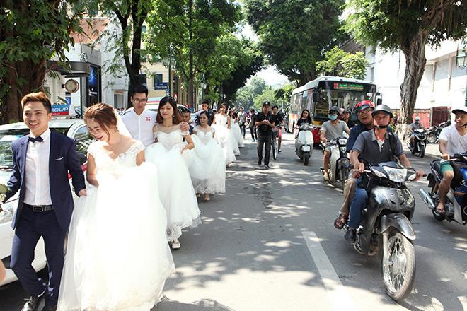 Người đi đường cũng mỉm cười như ngầm chúc phúc cho các cặp đôi