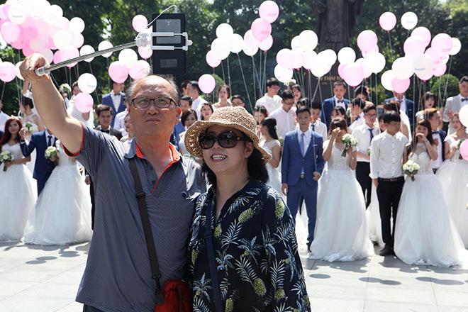 Người nước ngoài thích thú selfie với đoàn cô dâu, chú rể người Việt.