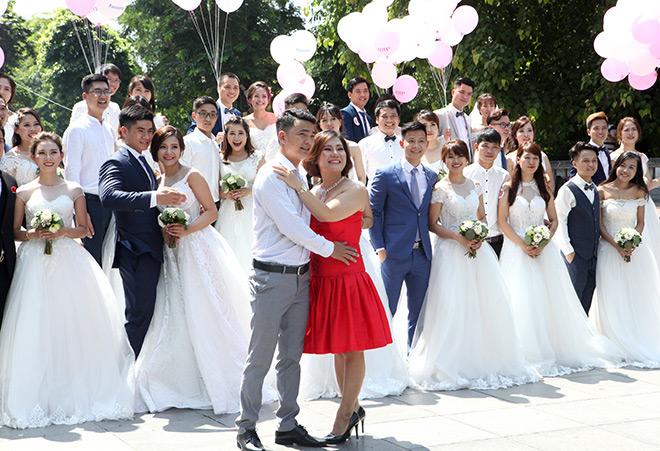 Một cặp đôi đang chụp ảnh cưới thích thú vào chụp ảnh cùng đoàn cô dâu chú rể