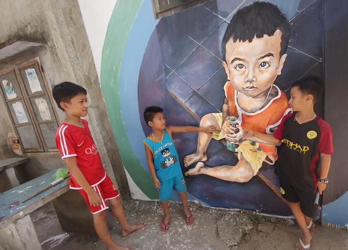 Những ngày đầu tháng 7, nhiều bức tường nhà, bờ rào cũ kỹ của người dân xã đảo Tam Hải (huyện Núi Thành, Quảng Nam) đã trở thành các bức tranh bích họa sinh động, nhờ bàn tay trang trí, vẽ của hơn 20 sinh viên kiến trúc đến từ trường Đại học Bách khoa Đà Nẵng