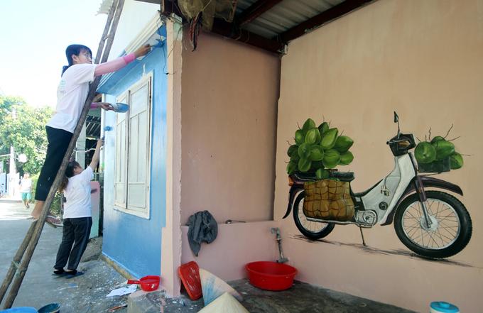 Sinh viên Nguyễn Thành Huy chia sẻ, trong khoảng thời gian thực hiện các bức bích họa, người dân địa phương đã vui vẻ, cởi mở cho họ được ở lại và ăn uống hàng ngày.