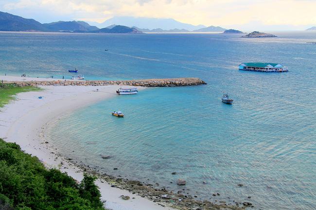 Đứng trên đường đèo, phóng tầm mắt về bãi biển, bạn có cảm giác như nước biển ở đây có tận 2-3 màu nước: Xanh nhạt, xanh ngọc và xanh lục đậm.