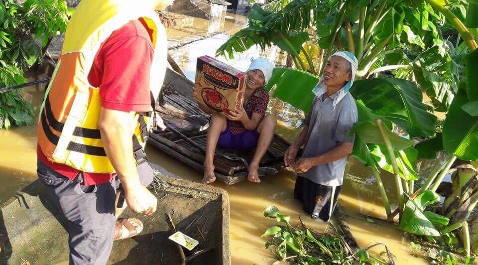 người dân oằn mình chống lũ, cảnh người dân oằn mình chống lũ, xót thương thiệt hại mưa lũ