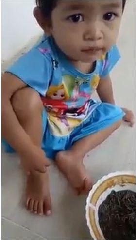 ăn giun, phẫn nỗ mẹ ghẻ bắt con chồng ăn giun