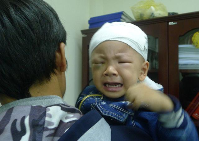 Hoàn cảnh đáng thương của gia đình có mẹ bị ung thư hạch con ung thư mắt phải mổ khoét