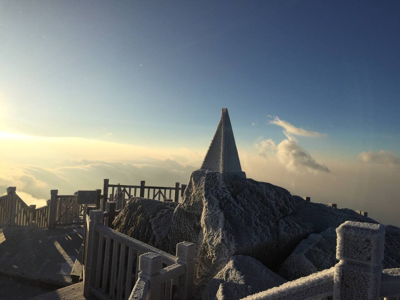 băng tuyết tại đỉnh fansipan, khung cảnh phủ đầy tuyết ở fansipan