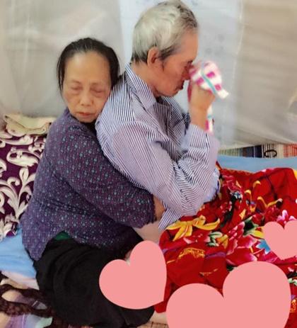 cụ bà ôm cụ ông, cảm động bức ảnh cụ bà ôm cụ ông