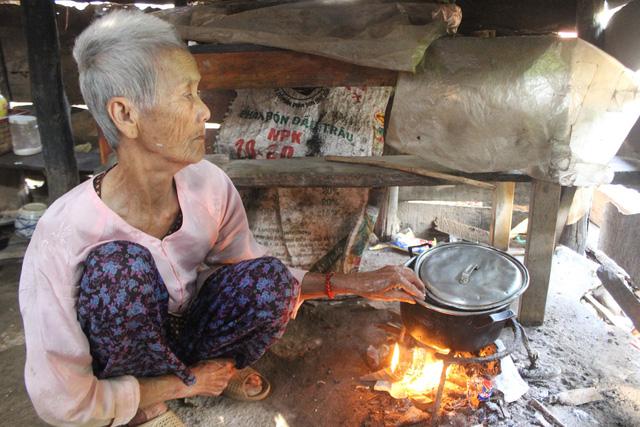 bà ngoại 81 tuổi mù lòa nuôi 3 cháu mồ côi