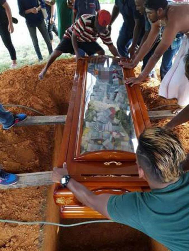 chôn cha đã khuất với quan tài đầy tiền