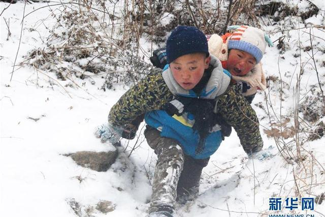 cảm động với hình ảnh em bé xuống núi trong tiết trời lạnh buốt