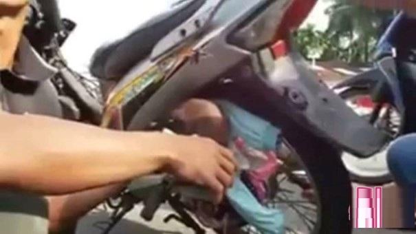 bất cẩn bé 2 tháng kẹp vào bánh xe máy
