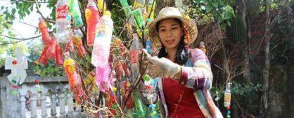 Tình nguyện viên sáng tạo tác phẩm nghệ thuật từ rác thải nhựa tại bãi biển Minh Châu, Quảng Ninh với mong muốn giảm thiểu rác thải nhựa, nâng cao ý thức cộng đồng bảo vệ môi trường biển và tái chế rác thải nhựa