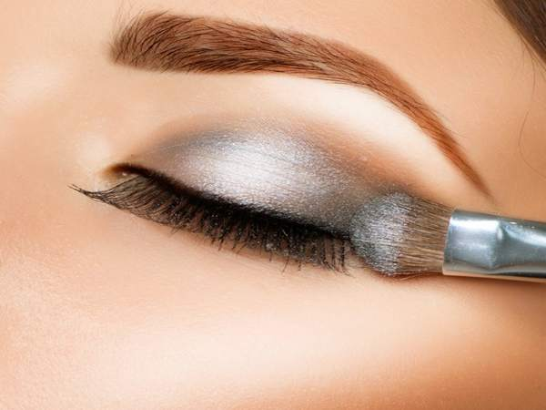 Cách điểm tô cho đôi mắt đẹp là dùng một màu sáng ở vùng mí mắt, một màu tối hơn ở vùng nếp mắt