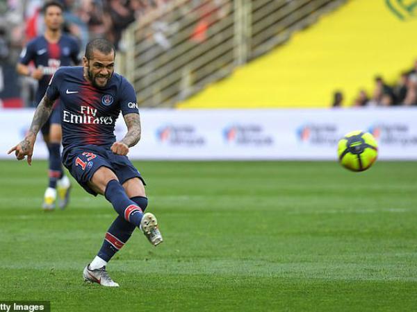 Alves phản lưới nhà, PSG lại bỏ lỡ cơ hội vô địch sớm